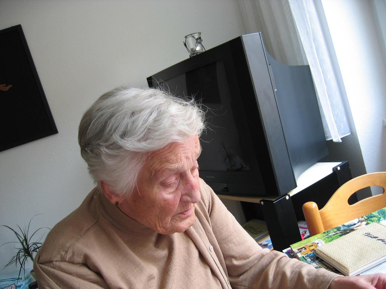 maintien à domicile des personnes agées avantages et inconvénients
